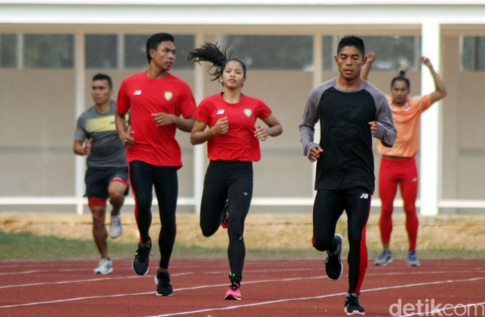 Memakai seragam berwarna merah para atlet tampak bersemangat mengikuti latihan.