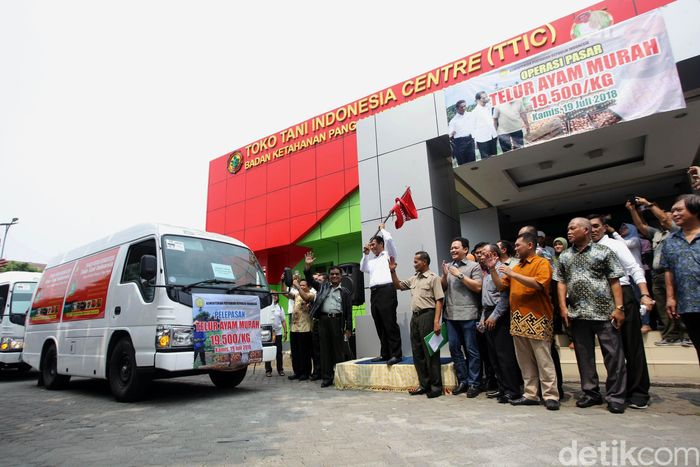 Menteri Pertanian Amran Sulaiman melepas 100 mobil pick up berisi telur ayam untuk disebar ke pasar di Toko Tani Indonesia (TTI) Center, Pasar Minggu, Jakarta Selatan, Kamis (19/7/2018).