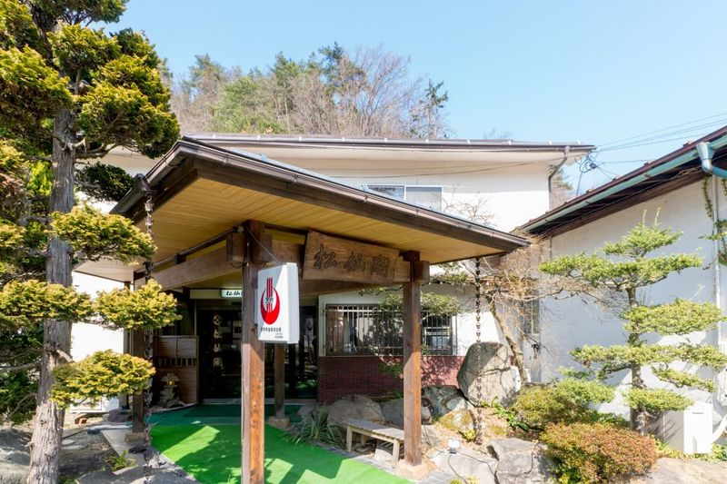 Shosenkaku di Kota Nagano adalah penginapan Jepang atau biasa di sebut Ryokan. Seperti Ryokan pada umumnya, Shosenkaku juga memiliki fasilitas berupa pemandian air panas alami yang bernama Shinsu Nakaoyama Onsen (shyosenkaku.co.jp)