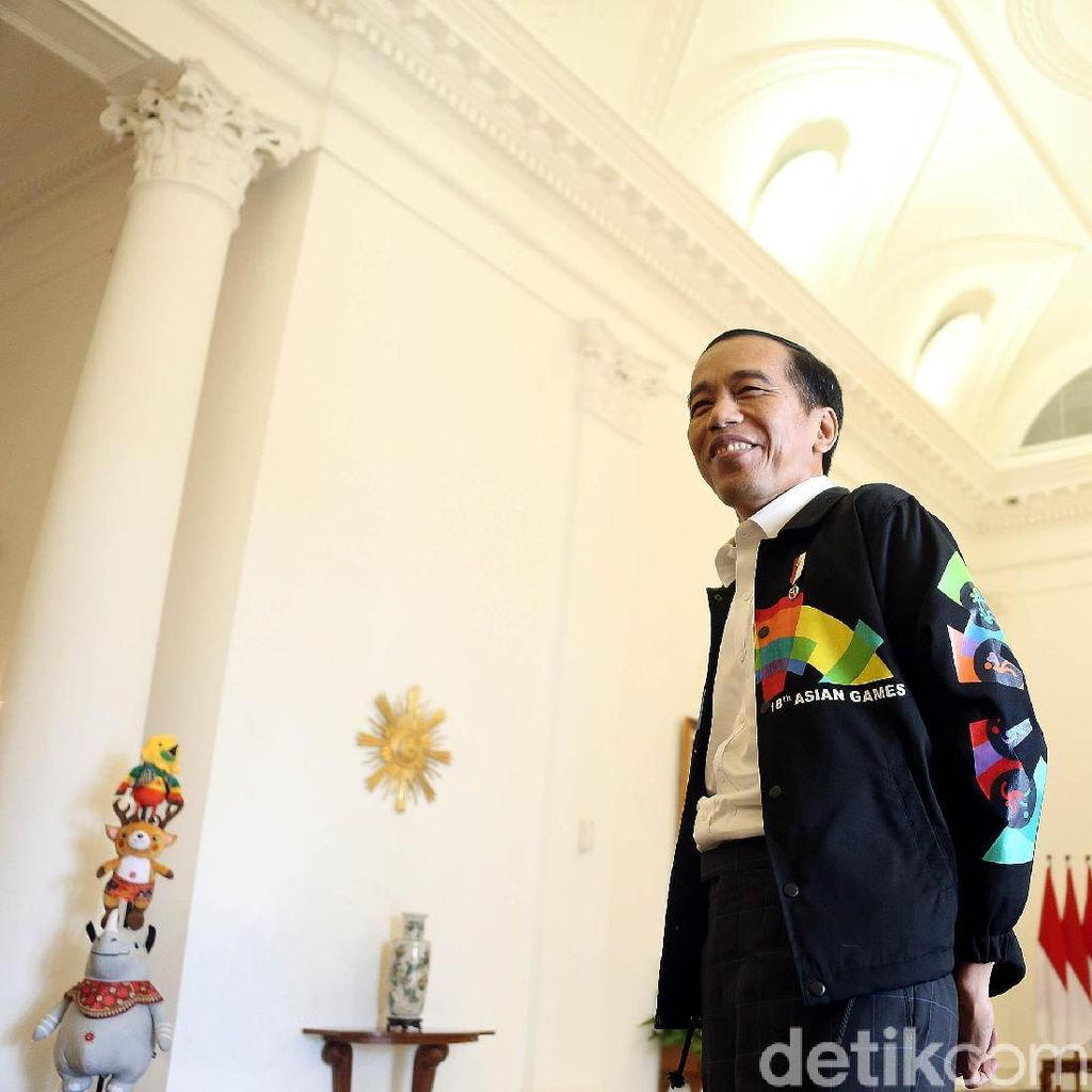 Gaya Jokowi Pakai Sepatu Sneaker Merah dan Jaket Asian Games