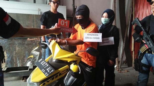 Rekonstruksi pembunuhan perempuan di Kembangan