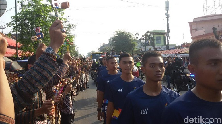 Tumplek Blek, Warga Sambut Kirab Obor Asian Games di Malioboro