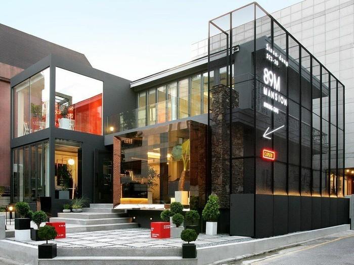 Di wilayah Sinsa-dong, Gangnam ada satu kafe yang Instagramable. Bangunannya terlihat sangat modern karena berdinding kaca. Kafe ini milik aktor Lee Jong Suk. Foto: Instagram cafe.89mansion
