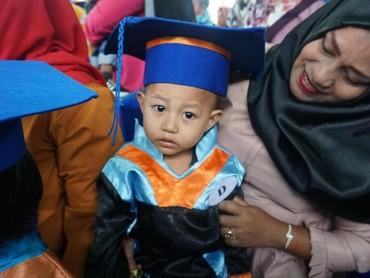Selain diwisuda, anak-anak juga berhak mendapatkan sertifikat sebagai syarat untuk masuk ke pendidikan selanjutnya, seperti taman kanak-kanak, dan juga sekolah dasar.