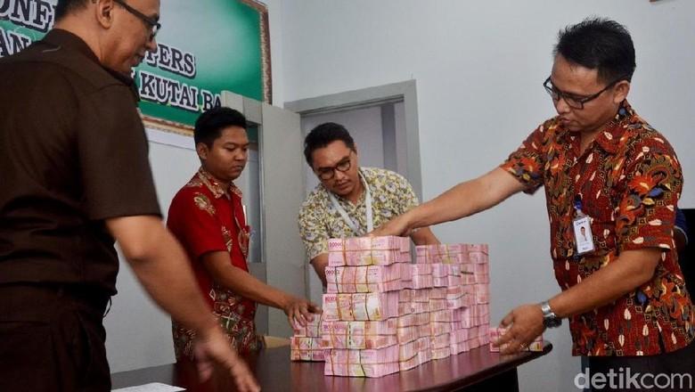Cash! Ini Penampakan Rp 3,5 Miliar yang Dibalikin Profesor Teja