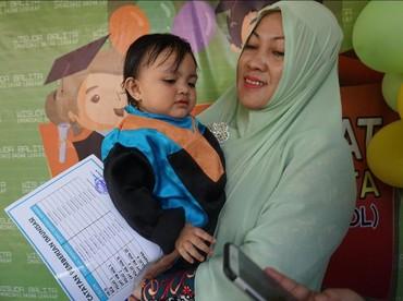 Senyum riang pun tak hanya muncul dari bibir anak bernama Syifa Nur Sabrina ini, tapi juga pada sang ibu, Dewi Angio (37). Dewi mengaku selama mengikuti imunisasi dasar lengkap, sang anak jarang mengeluh sakit.