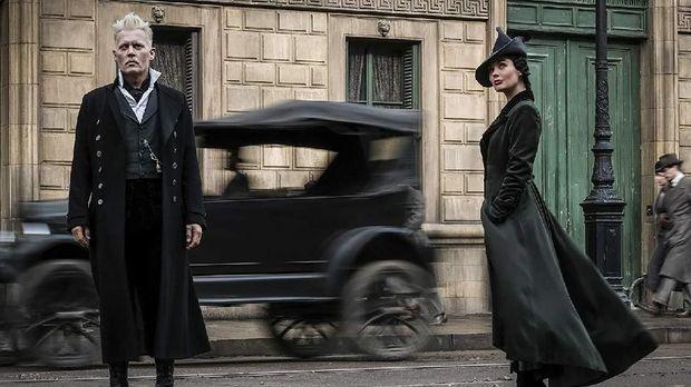 Johnny Depp (kiri) menjadi Gellert Grindelwald.