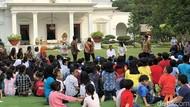 Jokowi Ajak Anak-anak Bermain dan Berdendang di Halaman Istana