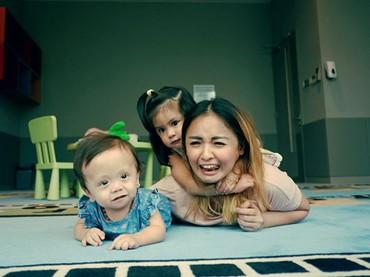 Lets not focus on the hardship, but count our blessings, ucap Joanna yang turut membuat Zio merasakan aura positif serta semangat menjalani pengobatan dan terapinya. (Foto: Instagram @joannaalexandra)