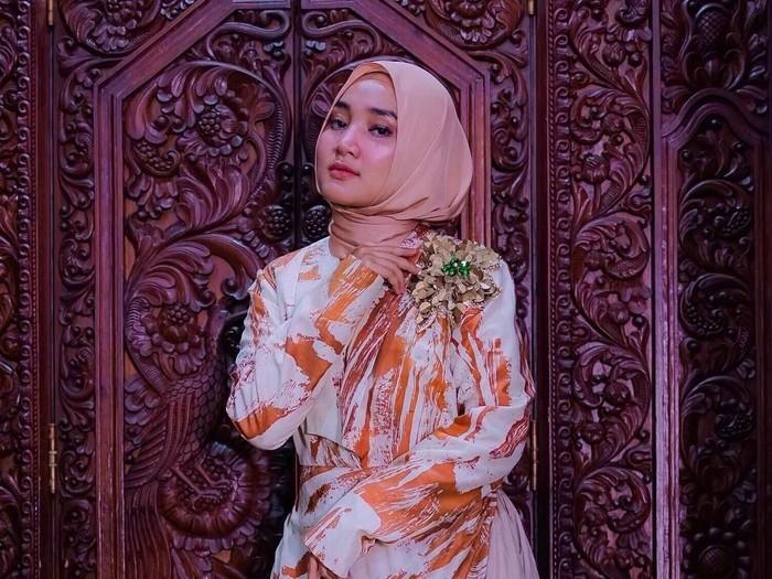 Tips pilih baju dan hijab untuk si tubuh mungil ala Fatin Shidqia. Foto: Instagram/Fatin30