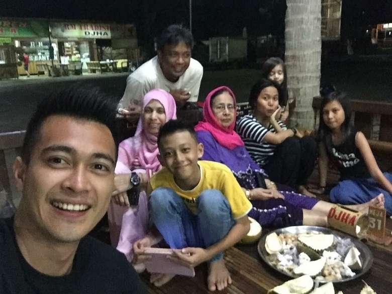 Durian time, tulis Eza. Begini suasana makan duren bareng keluarga Eza saat berada di pondok Duren Jatohan H.Arif Pandeglang. Di sana terlihat ada sang bunda yang mengenakan jilbab pink. Foto: Instagram ezagio