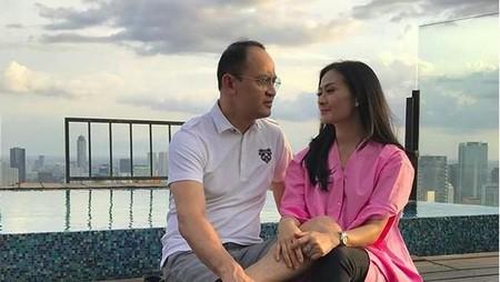 Kemesraan Iis Dahlia dan Suaminya di 17 Tahun Pernikahan