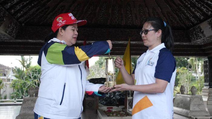 Menteri Koordinator PMK Puan Maharani (Kiri) menyerahkan Api Obor Asian Games 2018 kepada atlet tenis meja Ling Ling Agustin (Foto: Irfan Anshori/Antara Foto)