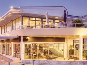 Sayang Dilewatkan! 8 Restoran Ini Tawarkan Pemandangan Laut Biru!