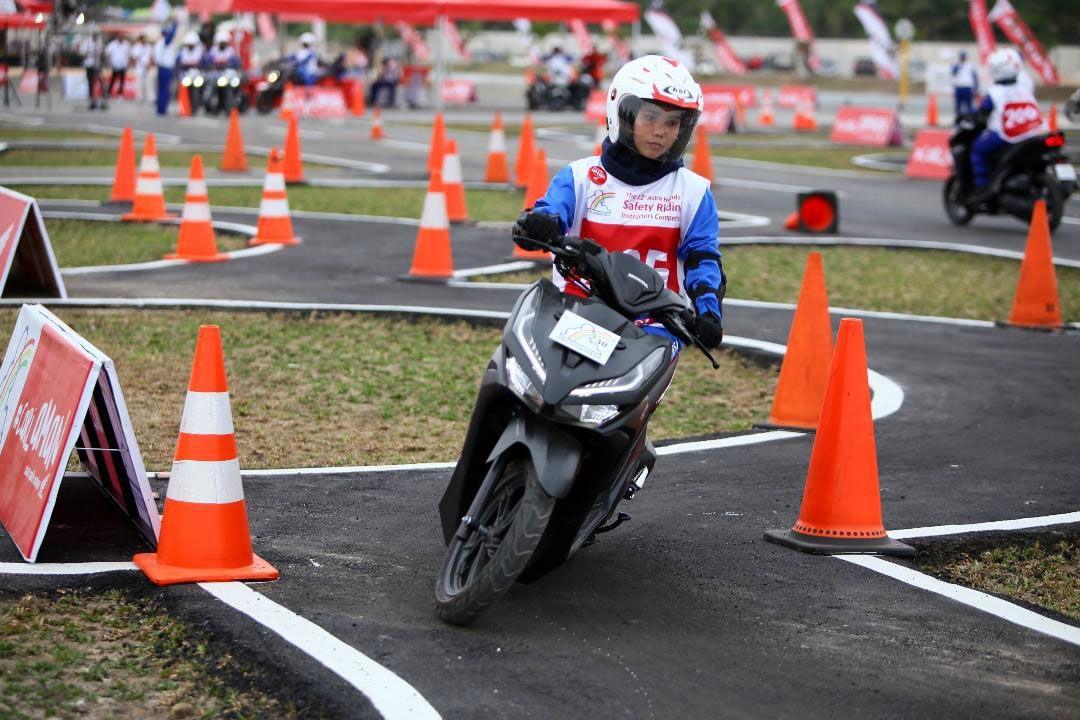 PT Astra Honda Motor (AHM) kembali menggelar Astra Honda Safety Riding Instructors Competition (AH-SRIC) sebagai bagian dari upaya perusahaan menciptakan budaya aman dan nyaman berkendara dengan menyiapkan instruktur terampil dan terlatih. Kegiatan ini berlangsung di Pekanbaru, Riau.