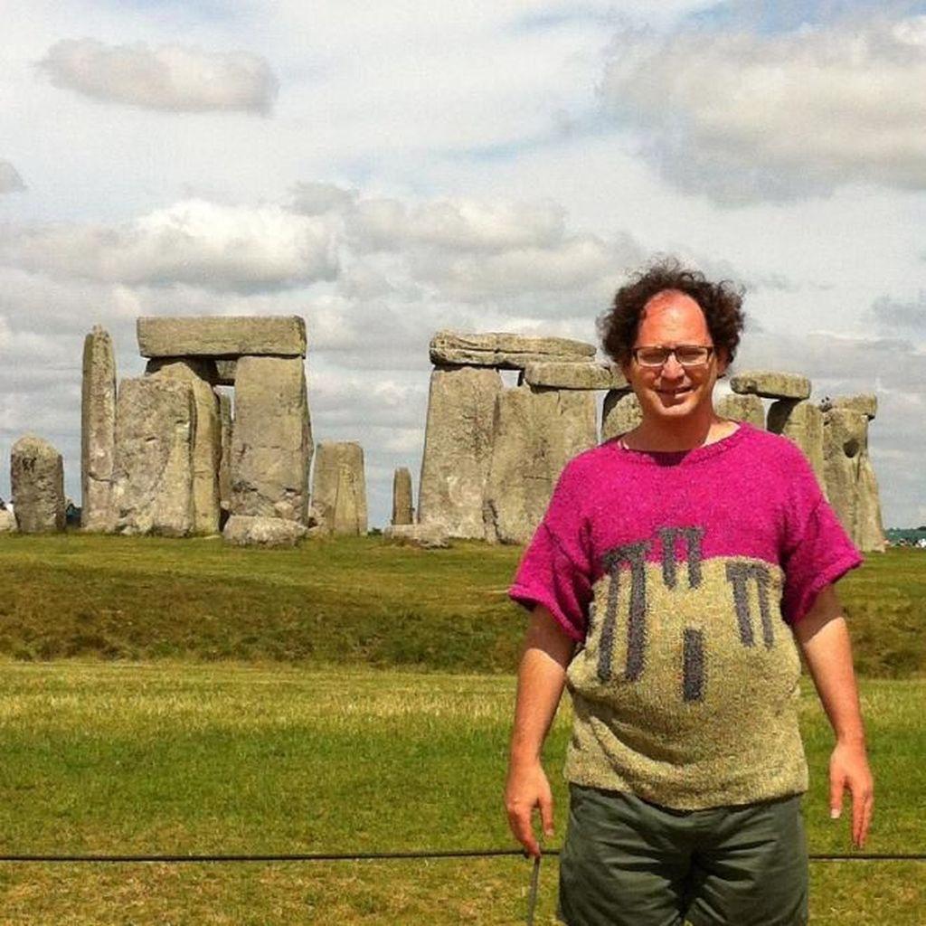Kreatif! Pria Ini Padukan Sweater dengan Lokasi Foto