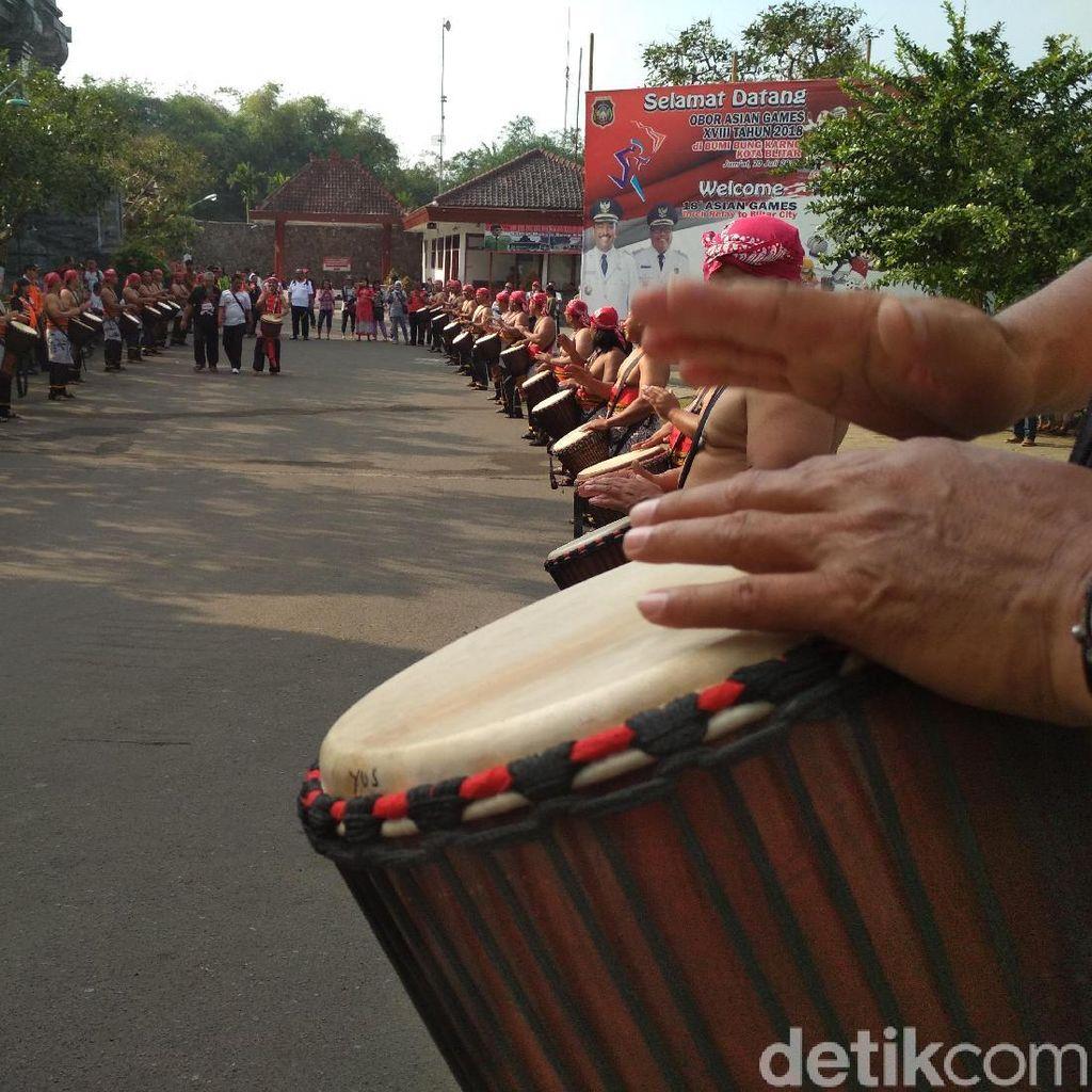 Diiringi Rampak Gendang, Api Asian Games Diarak Keliling Blitar