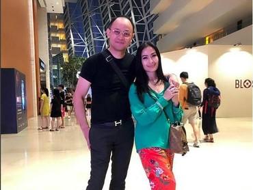 Ketika di Marina Bay Sands, Singapura, keduanya tidak canggung bermesraan. (Foto: Instagram @Isdadahlia)