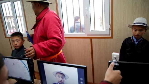 Karena sudah menjadi bagian dari tradisi masyarakat di Mongolia, tahun ini panitia Festival Naadam lewat Otoritas Mongolia untuk Keluarga, Anak, dan Pengembangan Pemuda meluncurkan sistem baru. Para peserta lomba harus mendaftarkan sidik jari untuk meningkatkan peraturan dan memberlakukan pembatasan usia. (REUTERS/B. Rentsendorj)