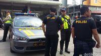 Polisi berjaga di sekitar tempat penggeledahan