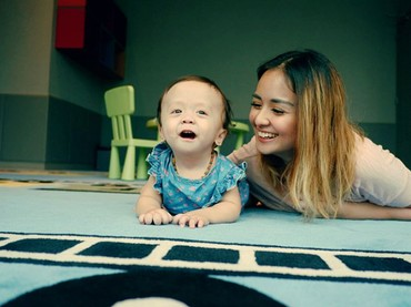 Menurut Joanna Alexandra, Zio semain menunjukkan perkembangan yang positif. Misalnya nih di usia 8 bulan, lubang di jantung sudha menutup sempurna. (Foto: Instagram @joannaalexandra)