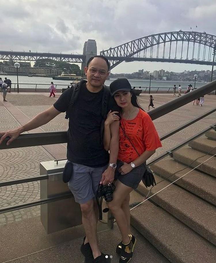 Iis Dahlia dan suaminya, Satrio Dewandono, terlihat selalu mesra. Lihat deh, Bun, mereka pegangan tangan terus saat di Sydney Opera House, Australia. (Foto: Instagram @Isdadahlia)