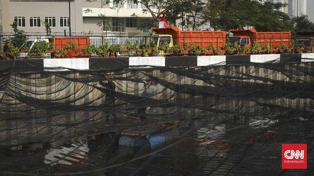 Jaring yang menutup Kali Item di depan Wisma Atlet Kemayoran, Jakarta, 20 Juli.
