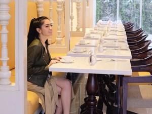 Cantiknya Pose Angel Karamoy Saat Ngeteh dan Ngopi di Eropa