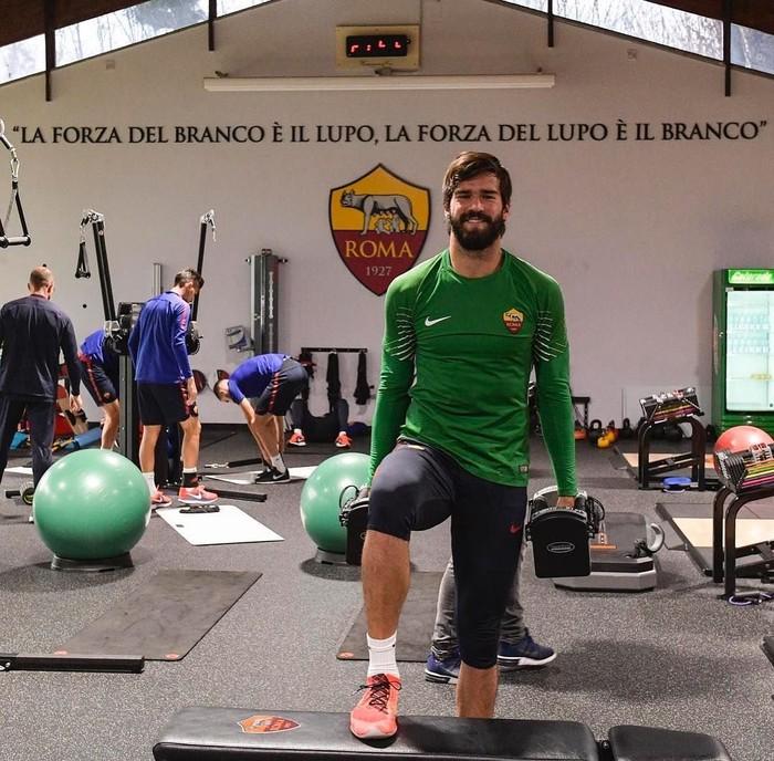 Olahraga sebagai atlet adalah hal yang wajar ia lakukan untuk menjaga otot tubuhnya. (Foto: Instagram/alissonbecker)