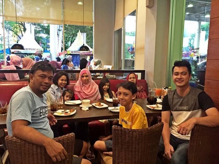 Tak hanya makan duren di kedai pinggir jalan. Dua tahun yang lalu, Eza juga kerap mengajak keluarganya makan bersama di restoran pizza. This is what i called happiness, tulisnya. Foto: Instagram ezagio