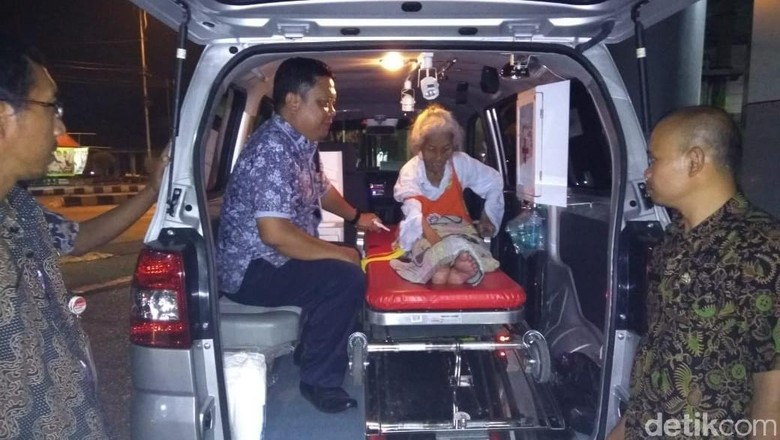 Mbah Marinem yang Hidup Sendirian di Gubuk Reyot Akhirnya Dievakuasi
