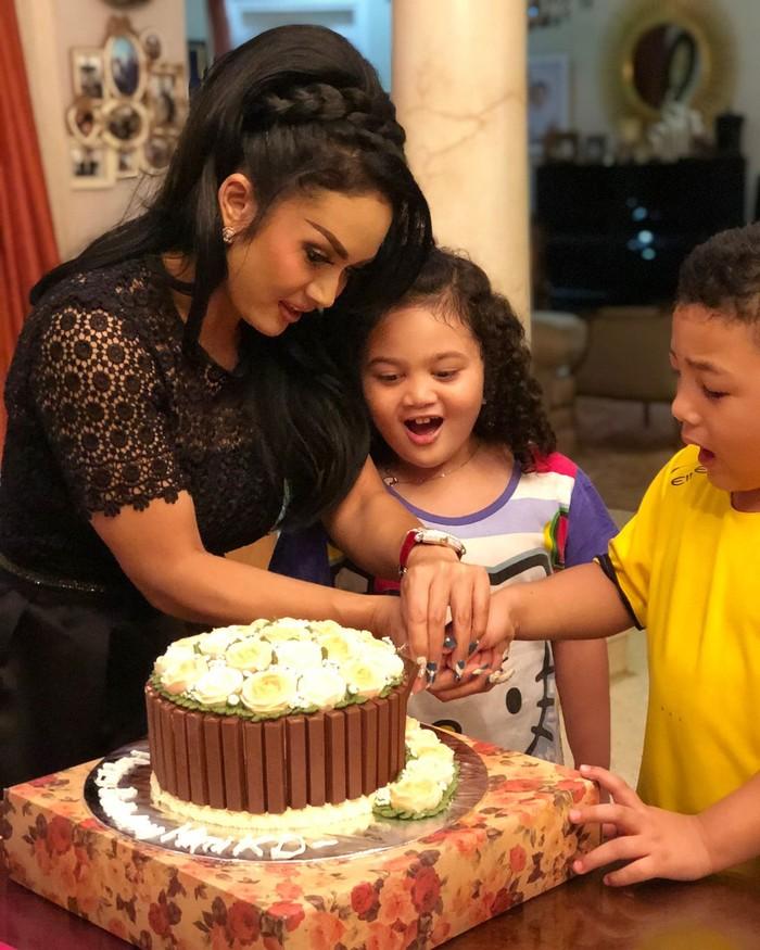 Tubuhnya yang gemuk dan rambut keriting sebahu membuat ia selalu tampil menggemaskan. Ini momennya saat ia dan adiknya merayakan ulang tahun sang ibunda. Foto: instagram @ariannhaamora.lemos