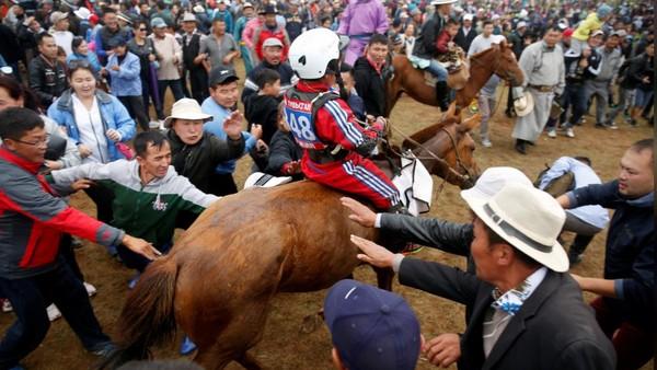 Kelompok pemerhati anak, Tsolmon of Save the Children, juga menyarankan agar kegiatan pacuan kuda tak digelar pada musim dingin atau musim semi, karena suhu dingin ekstrem membahayakan anak. (REUTERS/B. Rentsendorj)