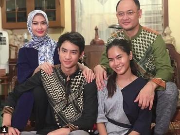 Ini foto keluarga Iis bersama suami dan anak, Bun. Harmonis ya. (Foto: Instagram @Isdadahlia)