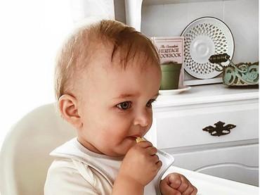 Sama seperti sebelumnya, bocah yang satu ini adem ayem aja nih saat cicipi lemon. Enak ya, Nak, lemonnya? (Foto: Instagram/@alexandraadele)