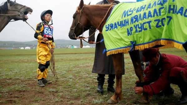 Menurut data telah ada 600 anak yang terlempar dari kuda dari lomba sebelum-sebelumnya. Festival ini juga telah memakan 2 korban jiwa yang terjatuh dari kuda dan 169 luka-luka. (REUTERS/B. Rentsendorj)
