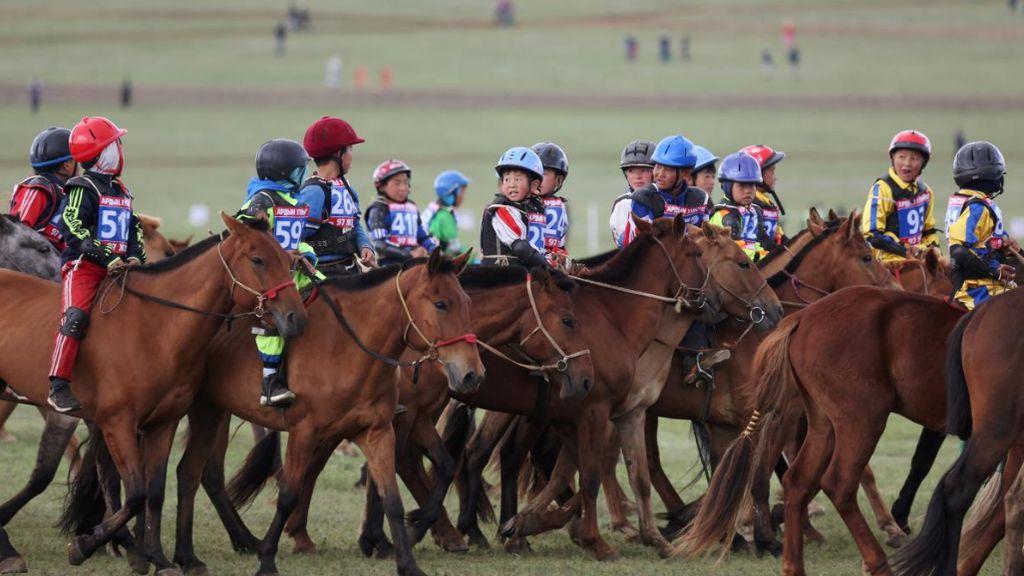Tradisi Pacuan Kuda Anak di Mongolia yang Kontroversial