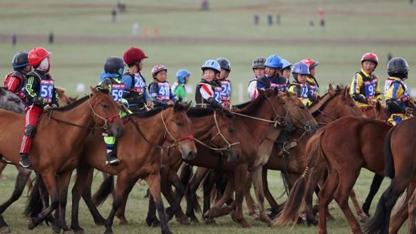 Menjadi lomba bergengsi, ada sebanyak 10.435 anak yang telah berpatisipasi dalam 394 lomba pacuan kuda. Walau dianggap penting, namun festivial ini juga kontroversi. (REUTERS/B. Rentsendorj)