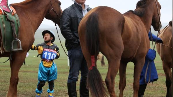 Pemerintah Mongolia tetap mendukung pacuan kuda ini namun melarang adanya taruhan atau judi. Para orang tua juga diminta mengawasi karena mendukung perlombaan tersebut. (REUTERS/B. Rentsendorj)