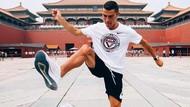 Saat Cristiano Ronaldo Juggling Bola di Kota Terlarang China