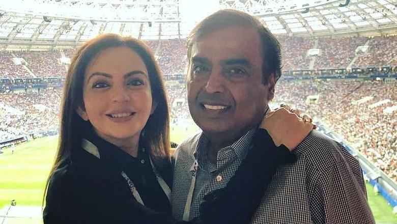 Mukesh Ambani dan istrinya Nita Ambani. Foto: Twitter/@NitaMAmbani