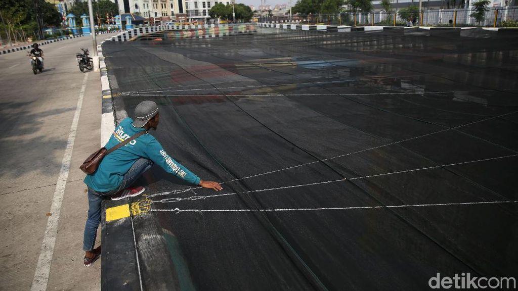 Anies: Bersihkan Sungai Jalan Terus, Waring untuk Hambat Bau