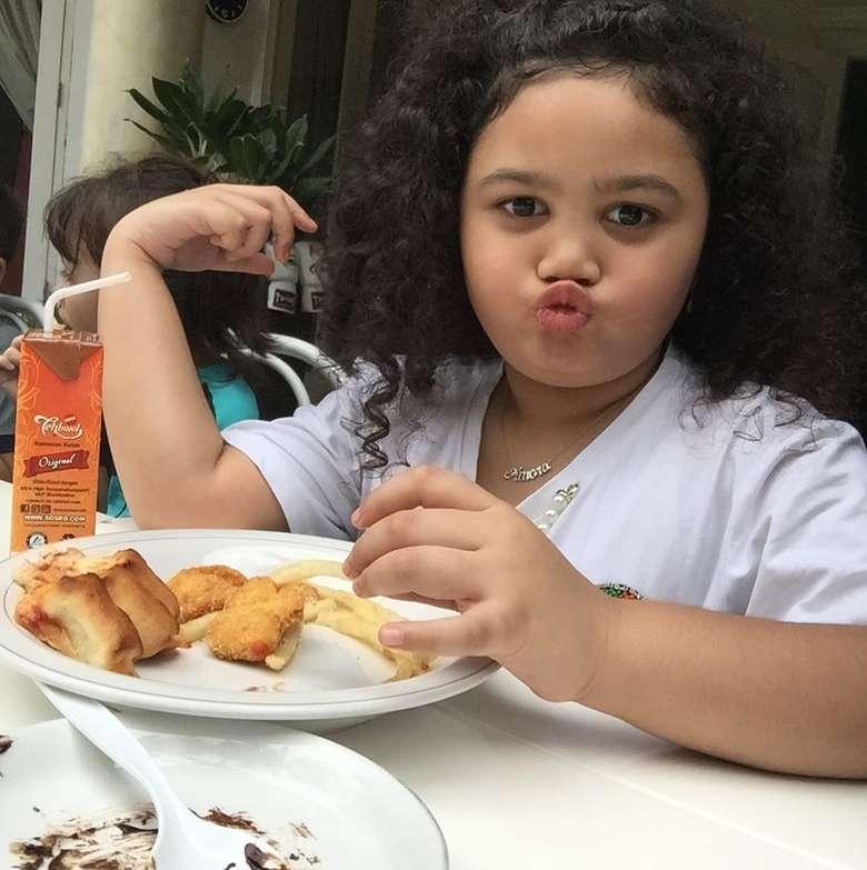 Akun instagram @ariannhaamora.lemos ini berisi galeri foto kegiatan sehari-hari Amora. Termasuk saat makan. Putri Krisdayanti dan Raul Lemos ini selalu tampil cantik menggemaskan saat makan. Foto: instagram @ariannhaamora.lemos