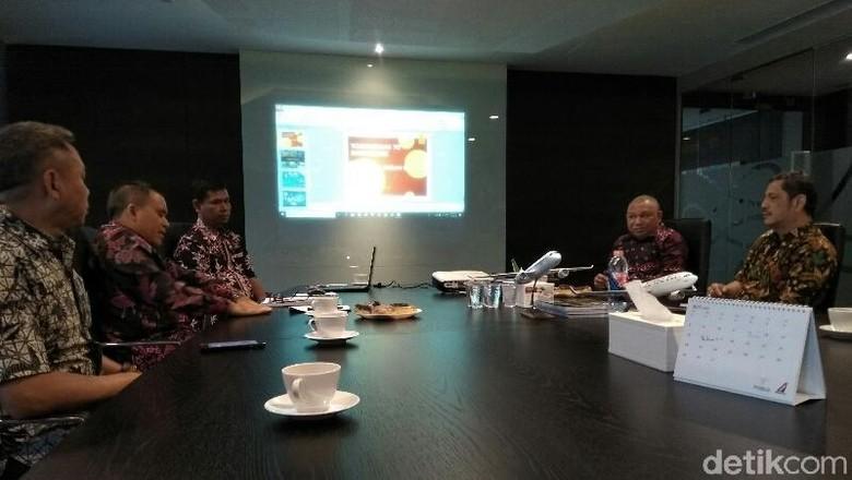 Bupati Banyuwangi, Azwar Anas bertemu Direktur Komersial Sriwijaya Air, Toto Nurcahyo (Ardian/detikTravel)