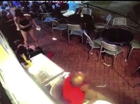Savage! Pelayan Wanita Ini Banting Pria yang Melecehkannya