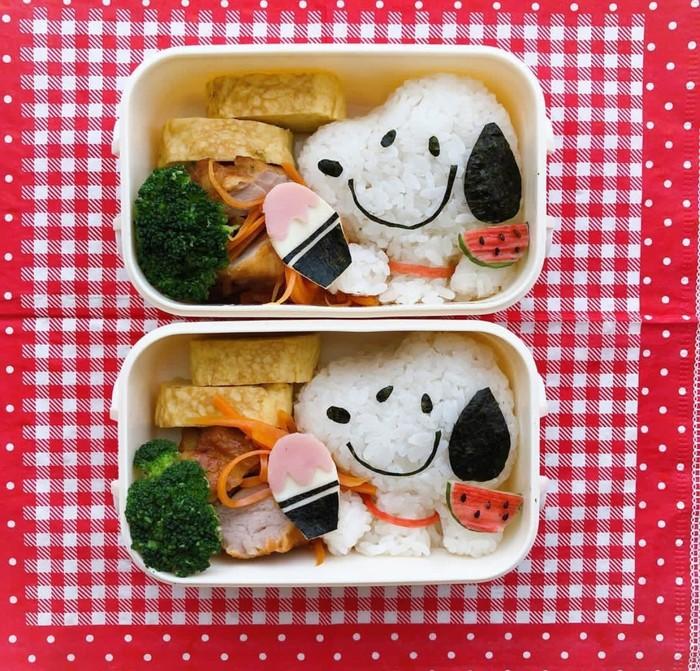 Nasi putih bisa dibentuk kadi Snoopy yang lucu memakai guntingan nori. Lauknya ayam goreng dan telur dadar. Foto: Instagram @miyu213213