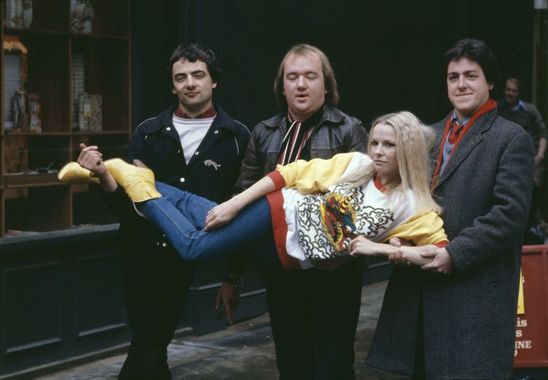 Rowan Atkinson mengawali karir lewat acara komedi bersama Mel Smith, Griff Rhys Jones dan Pamela Stephenson pada tahun 1980 awal. Keystone/Hulton Archive/Getty Images