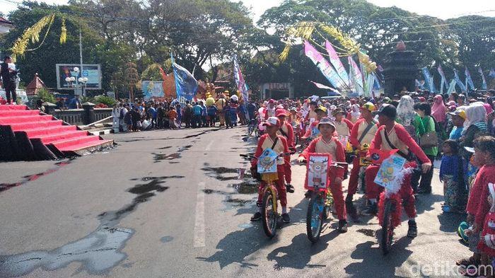 Anak-anak bersiap untuk meramaikan kirab obor Asian Games 2018 di kota Malang. (Foto: Muhammad Aminudin/detikSport)