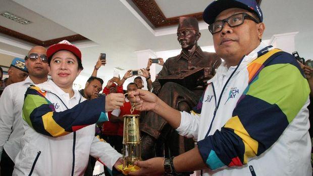 Menko PMK Puan Maharani (Kiri) menyerahkan Api Obor Asian Games 2018 kepada Wakil Wali Kota Blitar Santoso