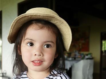 Baby Oli punya mata bulat dan pipi merah yang menggemaskan. (Foto: Instagram/oliviamreyes)